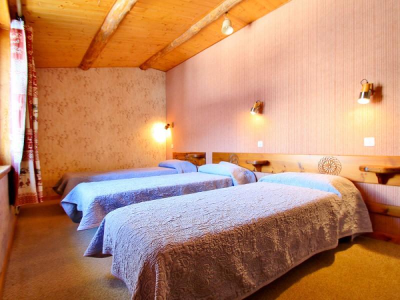 À l'étage, chambre avec trois lits simples de 90