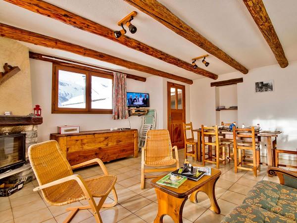 Le salon, salle à manger avec cheminée